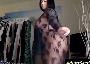 Curvy girl shakes ass on cam - www.AdultsSection.com